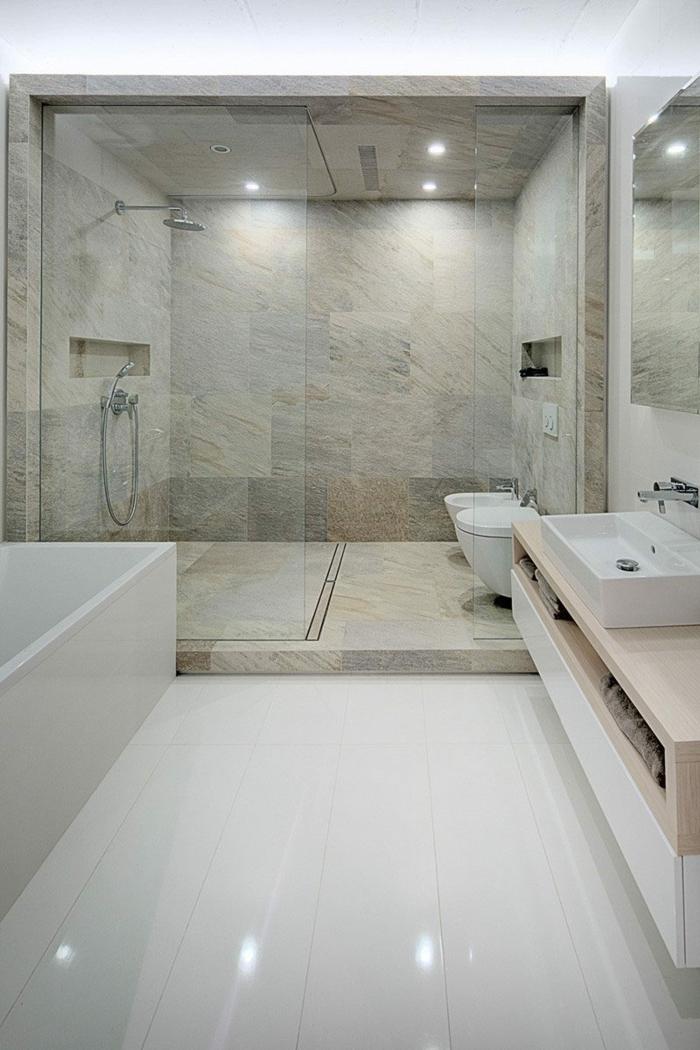 platos de ducha de obra, baño grande con suelo laminado, bañera rectangular, ducha de obra con mampara de vidrio, paredes de baldosas