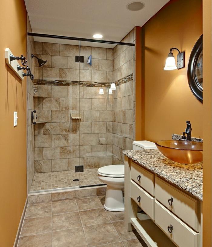 baños pequeños con ducha, baño con encimera de granito, suelo de baldosas, paredes en ocre, ducha de obra con mampara de vidrio