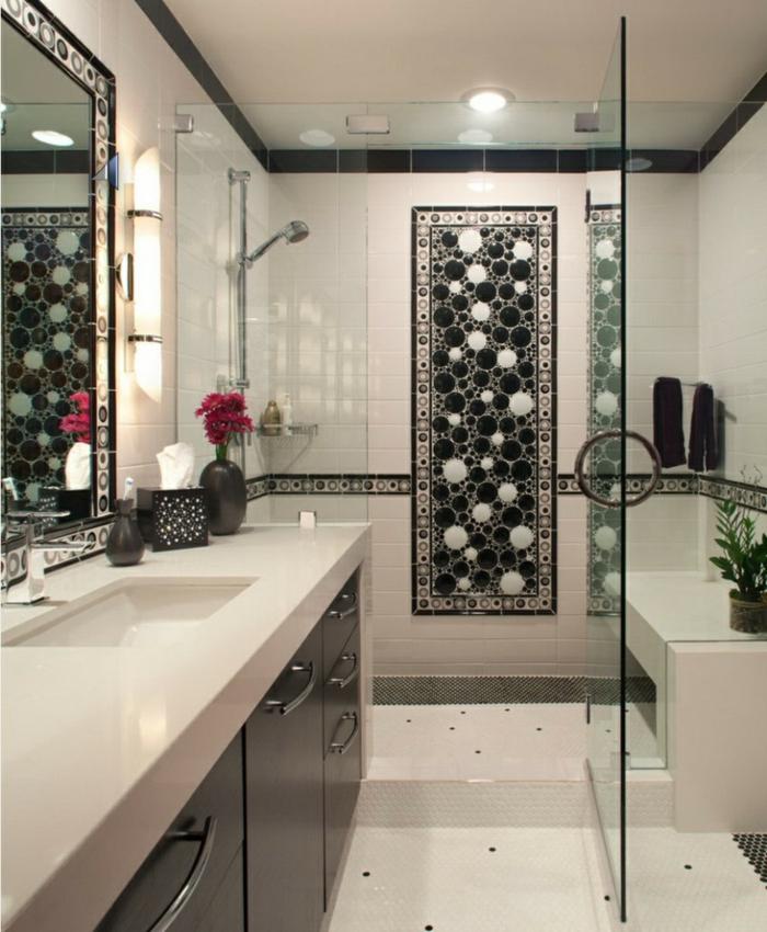 baños pequeños con ducha, ducha de obra con puerta de vidrio y pared de acento en blanco y negro, baño largo y estrecho, espejo grande