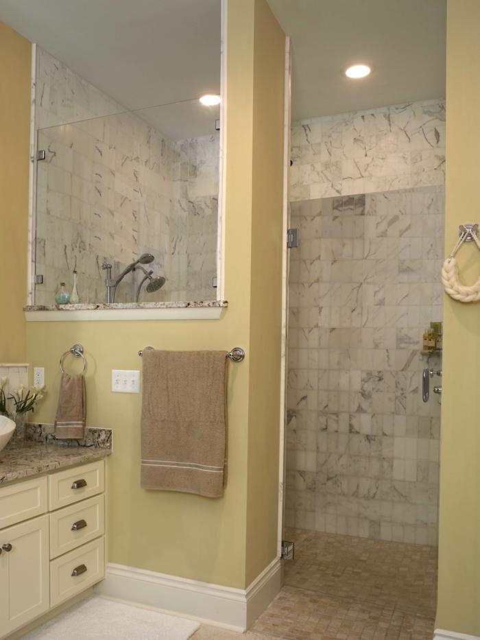 platos de ducha de obra, ducha de obra con paredes parciales, paredes con baldosas, color aceituna, encimera de granito, luces empotradas