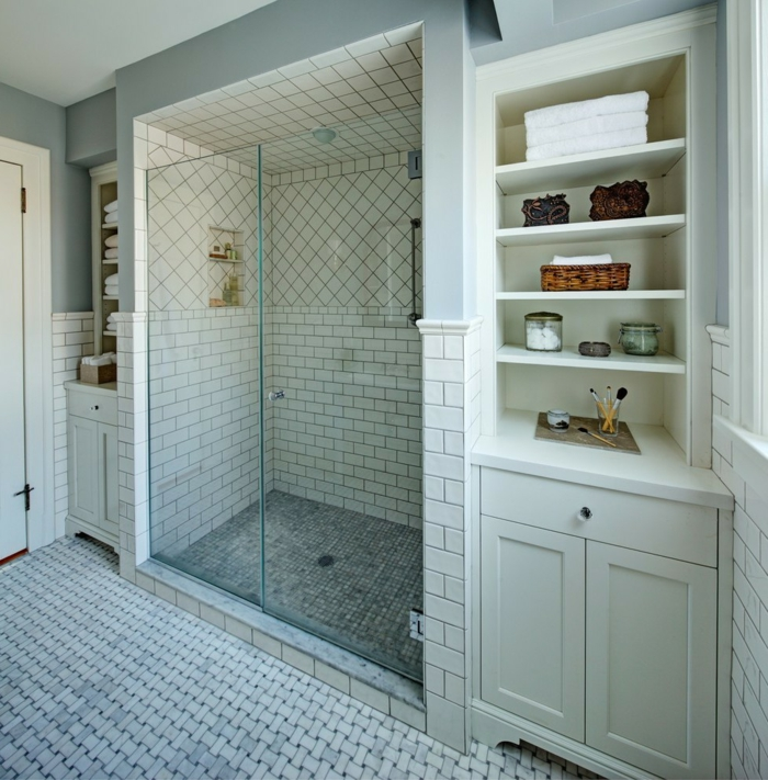 suelos para baños, baño pequeño con ducha de obra y nichos en la pared, suelo y paredes con baldosas, estanterías de madera blanca