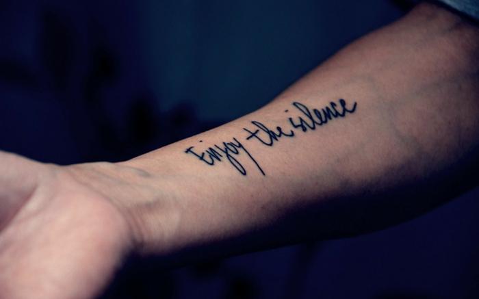 letras tatuaje. ejemplo de tatuaje de anteprazo para hombre, frase enjoy the silence en fuente cursivo negro