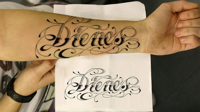 tatuajes mujer, ejemplo de tatuaje con frase en blanco y negro, nombre con letras en cursiva y adornos, diseño dobre papel