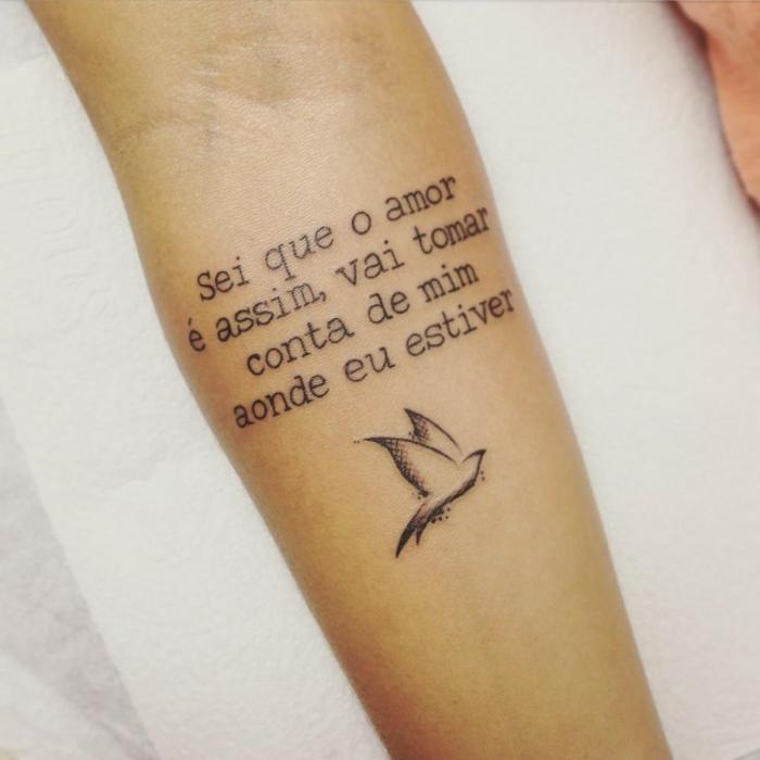 tatuajes letras, tatuaje delicado de antebrazo para mujer, fuente máquina de escribir, pájaro estilizado