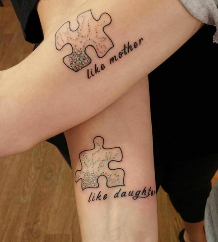 tatuajes letras, tatuajes iguales en los brazos de madre e hija, frases con letras en cursiva y pedazo de rompecabezas