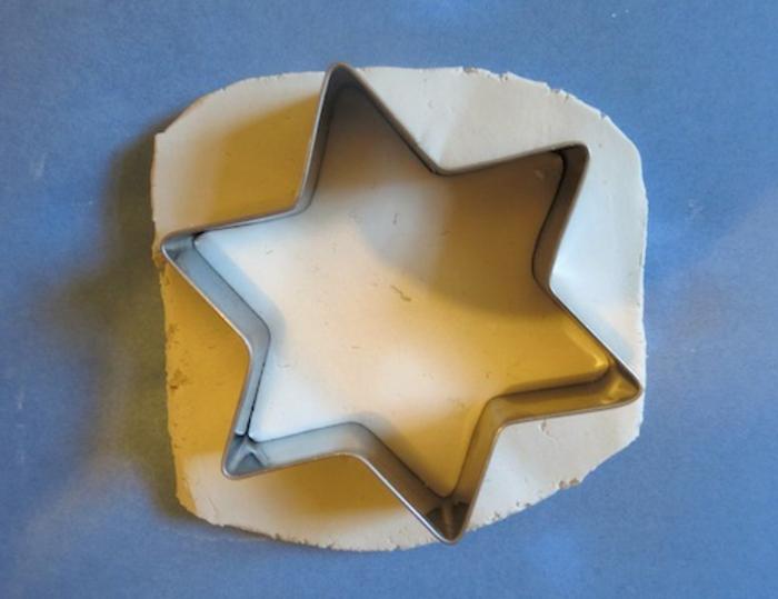 estrella de navidad, molde cortador en forma de estrella y arcilla blanca, como hacer un adorno de arcilla paso a paso