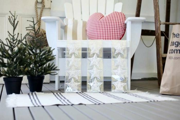 estrellas navidad, decoración acogedora y fácil, cintas transparentes con estrellas en blanco, cojín en estampado de blanco y rojo en forma de corazón, pequeños árboles navideños