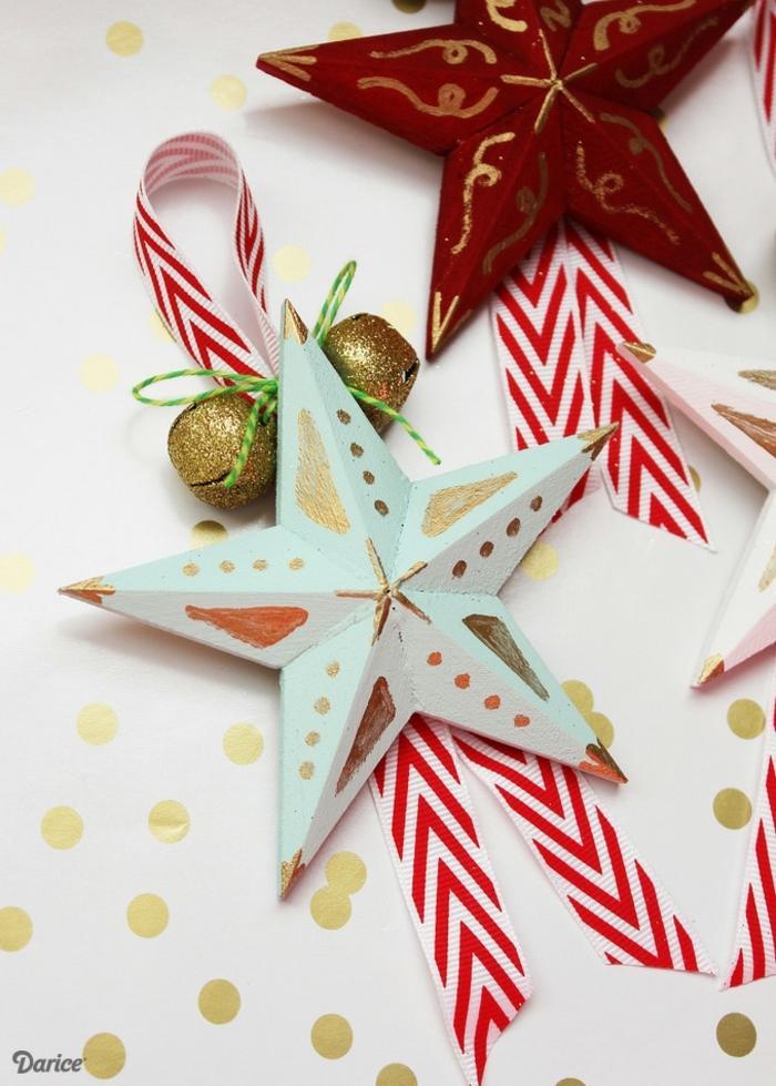 estrellas navidad, adornos de Navidad en forma de cometa con muchos elementos, bolas doradas, estrellas de madera y cintas
