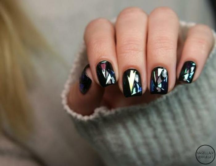 fotos de uñas pintadas, bonita idea de uñas de longitud media y forma cuadrada, manicura en tonos oscuros metálicos