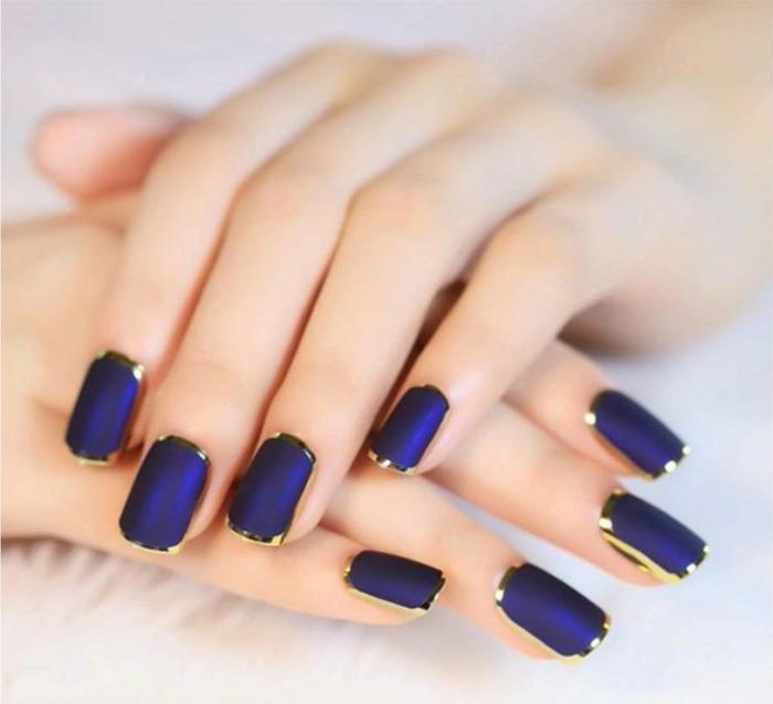modelos de uñas, bonito ejemplo de manicura en lila y dorado, uñas cuadradas pintadas con esmalte mate