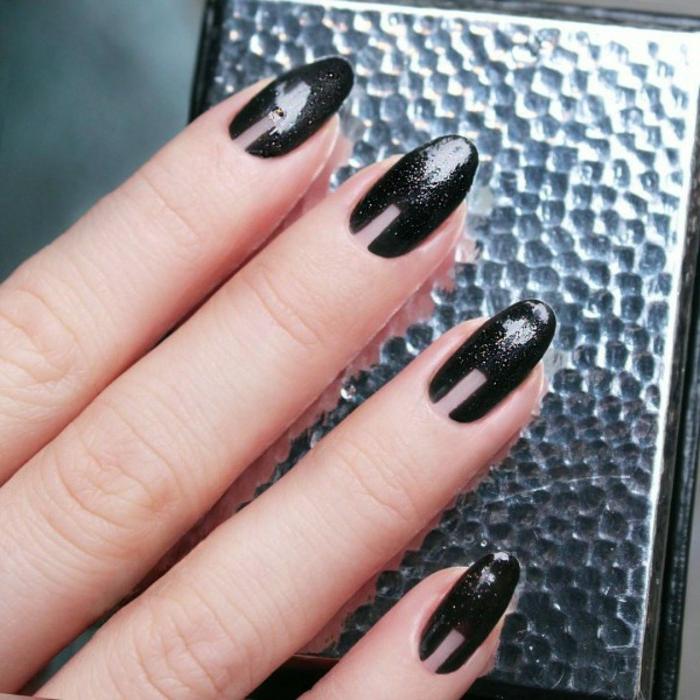 modelos de uñas, idea refinada en negro con brocado, uñas largas en forma de almendra
