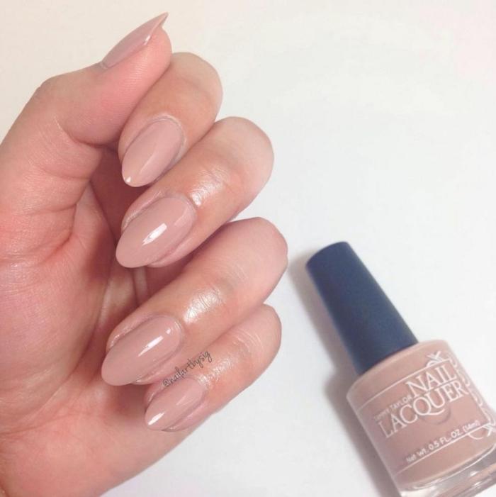 fotos de uñas pintadas, manicura clásica u muy actual esta temporada, uñas largas en forma de almendra en tono nude