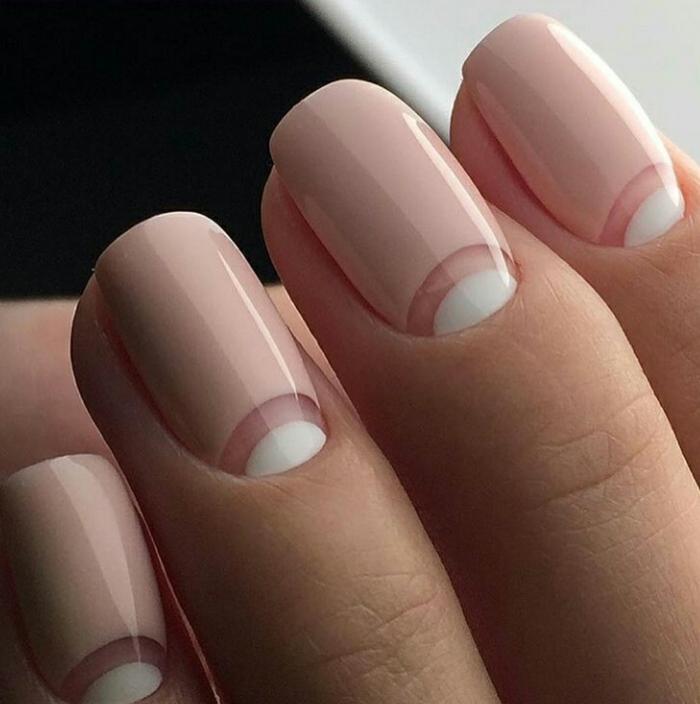 decoracion de uñas, manicura francesa en reversa en blanco, rosado y esmalte trasparente