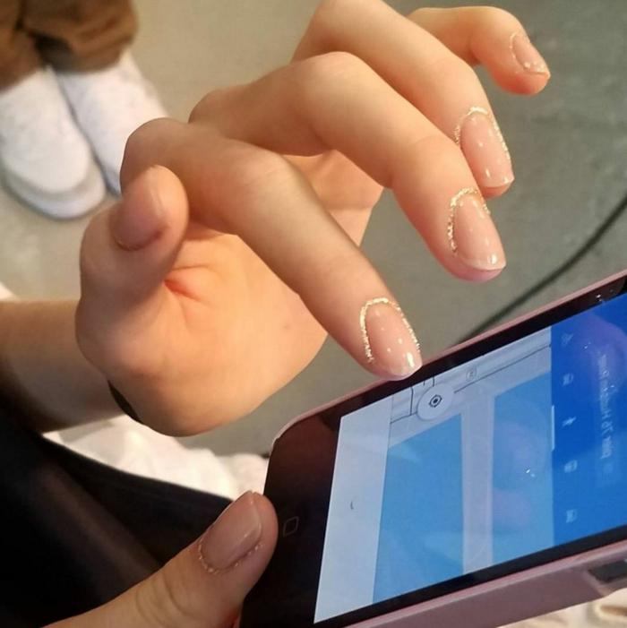 decoracion de uñas, uñas pintadas en color transparente con brocado delicado en los bordes