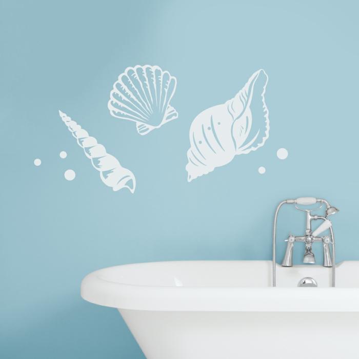 pegatinas pared, interesante vinilo con conchas de mar en blanco para baños, pared en azul celeste y bañera