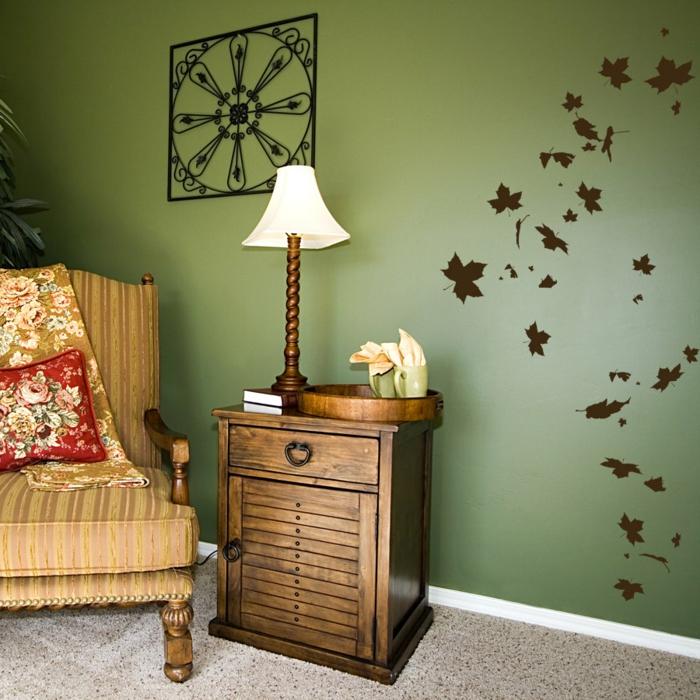 pegatinas pared, decoración salón con muebles vintage, pared en verde oscuro, vinilo marrón con hojas otoñales