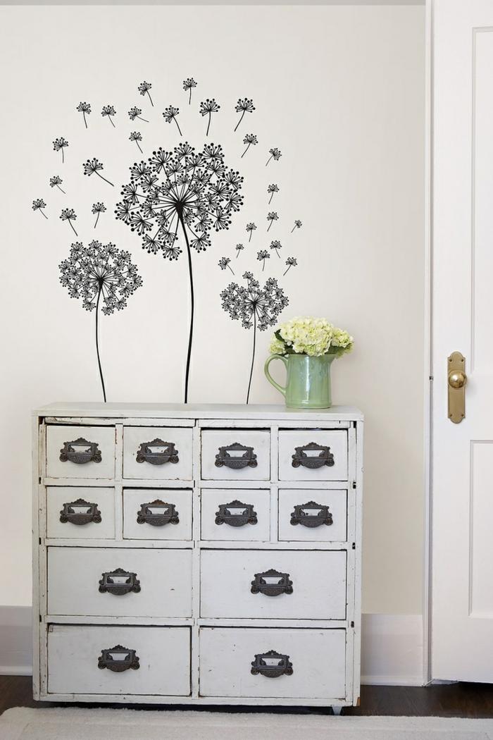 decoracion paredes, vinilo negro en pared blanca, tres dientes de león sobre alacena vintage, jarra con rosas blancas