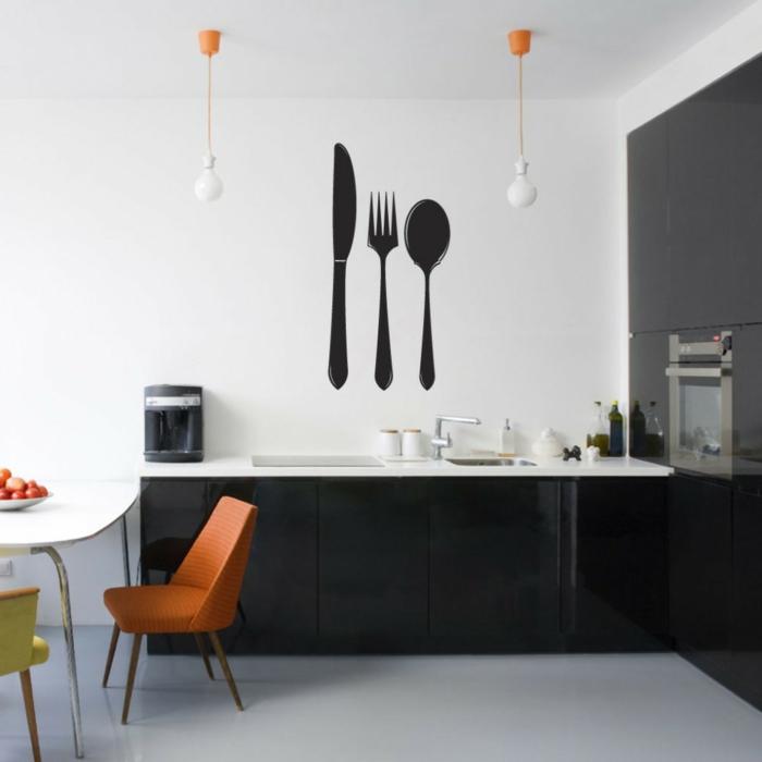 decoracion paredes, vinilos negros con cubiertos para cocina, cocina decorada en blanco y negro con silla naranjada