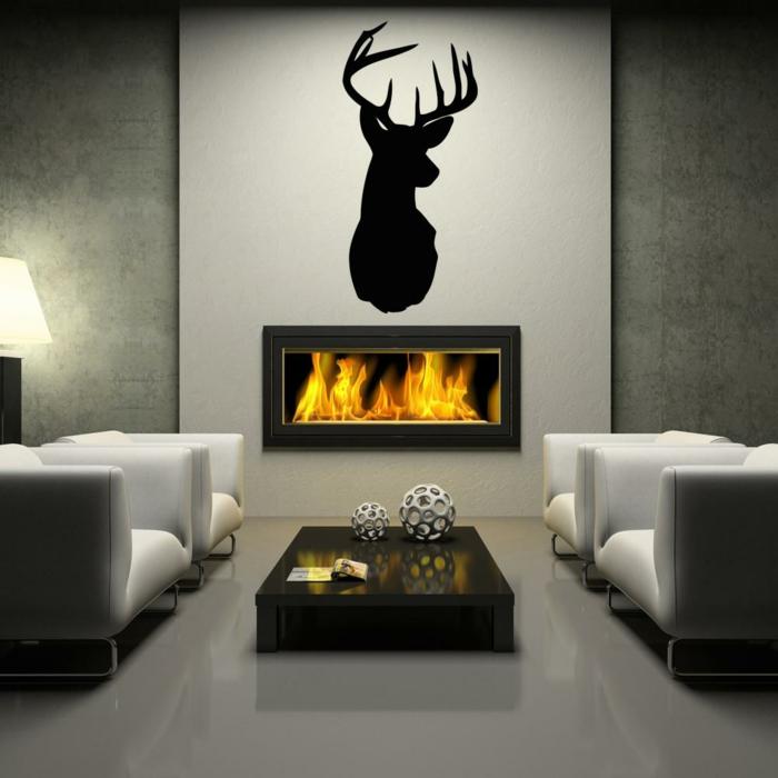 decoracion paredes, sala de estar estilo moderno con chimenea, pared gris con vinilo de negro sólido con cabeza de ciervo