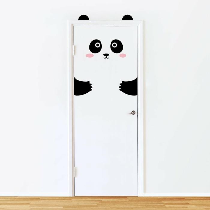 vinilos infantiles, puerta blanca con vinilo divertido con cara y patas de panda, decoración habitación infantil