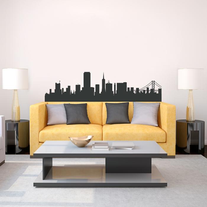 decoracion paredes, vinilo en negro sólido con edificios de Nueva York, decoración moderna de salón con sofá amarilla