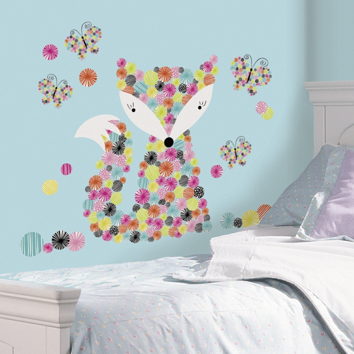 vinilos infantiles, dormitorio niño, pared en azul celeste, vinilo grande con zorro de círculos multicolor y blanco