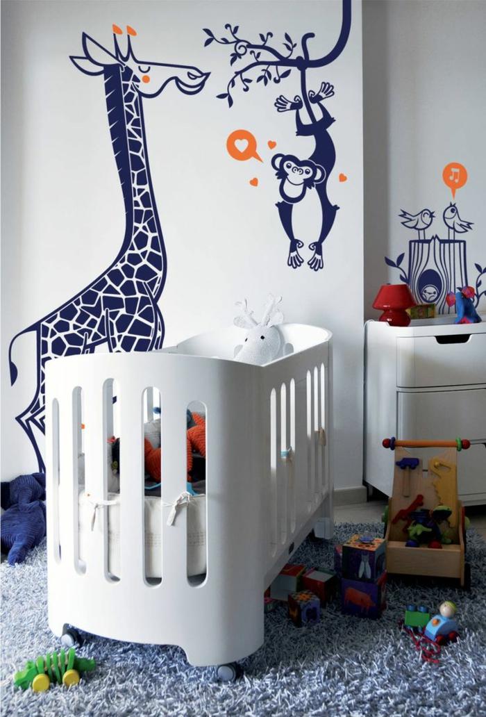 vinilos decorativos, habitación infantil con litera blanca, paredes llenos de viniles azules con girafa, mono y pájaros