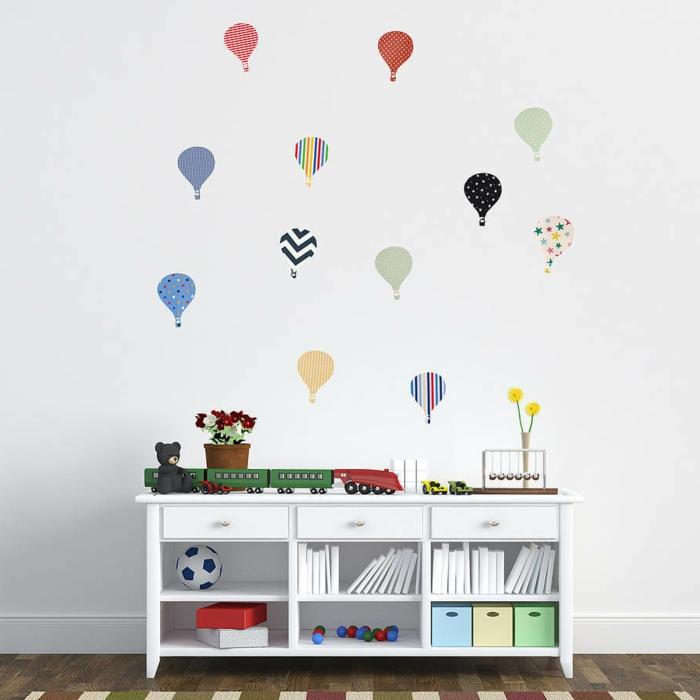 vinilos decorativos, vinilos como globos pequeños en diferentes colores, decoración de habitación infantil, armario blanco con juguetes