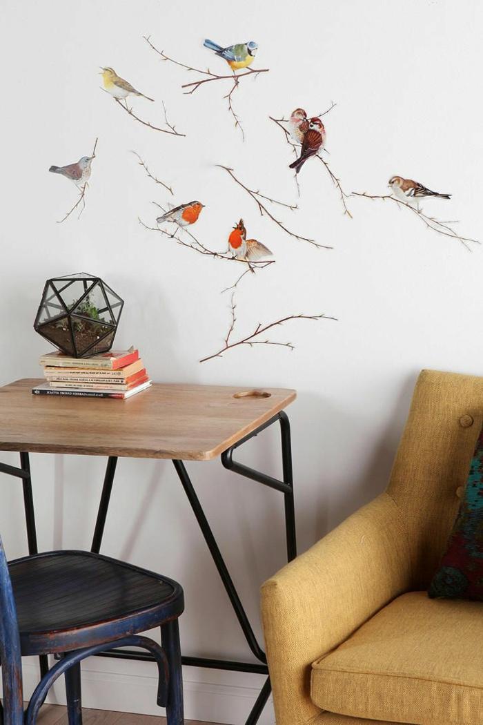adhesivos pared, vinilo con pájaros en ramos de color, decoración pared salón, escritorio pequeño y sofá vintage