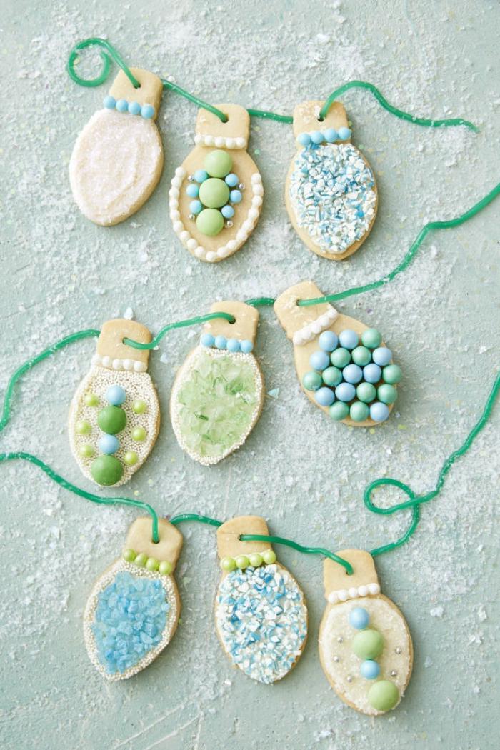 galletas de navidad, bonitas galletas en forma de bombillas hechas de mesa con poco azúcar, decoracion de caramelos en tonos pastel