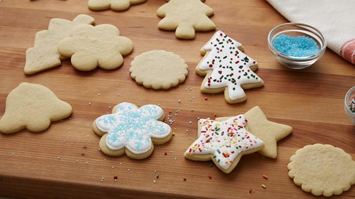 receta galletas de mantequilla, galletas en diferentes formas, glaseado real con palitos de azúcar coloreadas, formas de estrellas y campanas