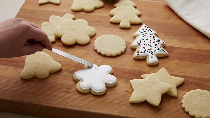 receta de galletas de mantequilla, ideas para navidad, biscochos de mantequilla decoradas en blanco y partículas multicolor