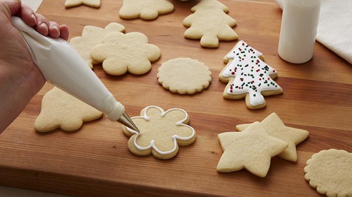 receta de galletas de mantequilla, recetas de galletas fáciles de hacer decoradas con glaseado real y palos de azúcar en colores