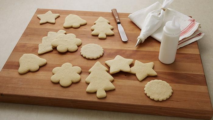 receta galletas de mantequilla, ideas de galletas en diferentes formas, dulla y espátula para hacer la decoración