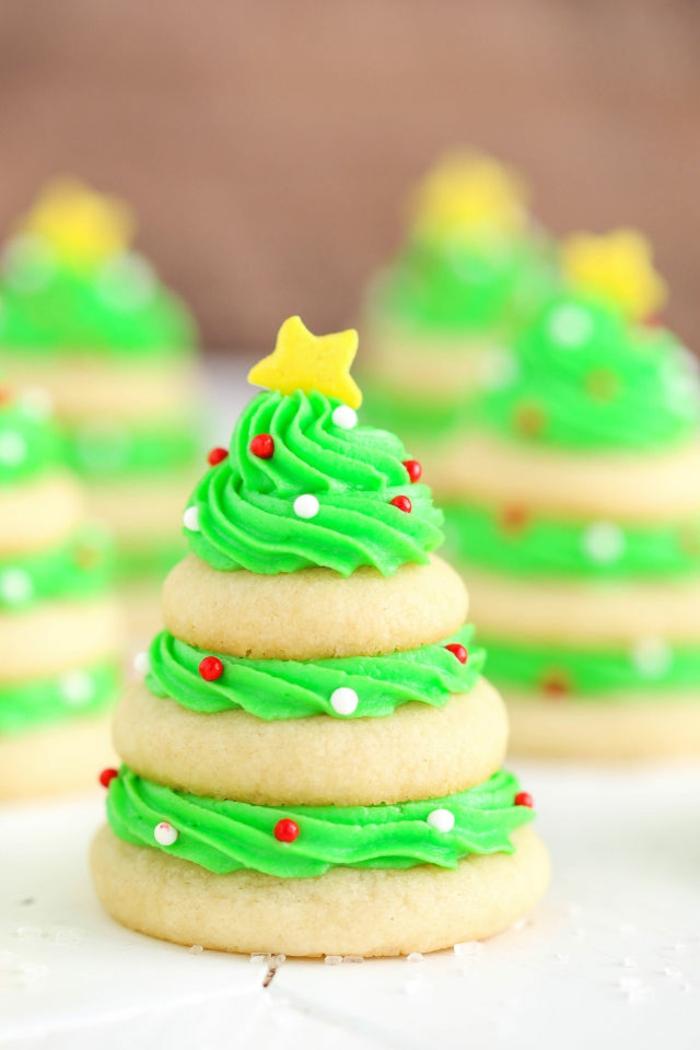 galletas faciles de hacer, idea de navidad fáciles, galletas redondas pegadas con glaseado en verde, árboles de navidad DIY