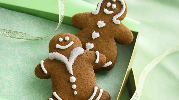 galletas faciles de hacer, hombres de jengibre, pequeñas galletas con mesa de jengibre decoradas con glaseado blanco