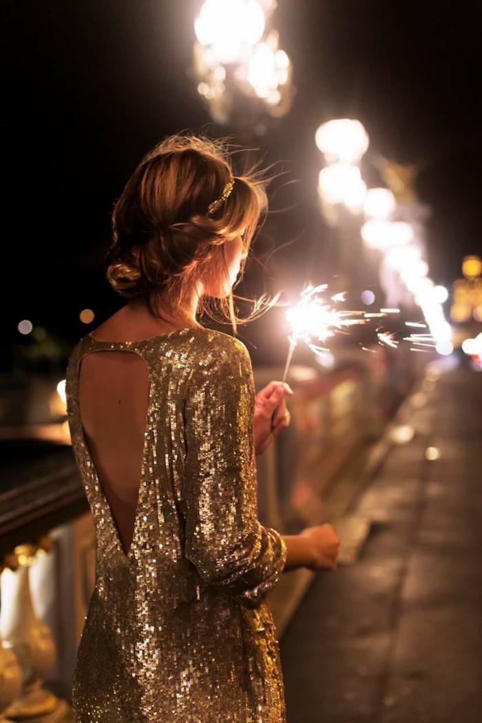 nochevieja 2017, vestido con brillo en plata, peinado recogido, espalda descubierta, vestido corto