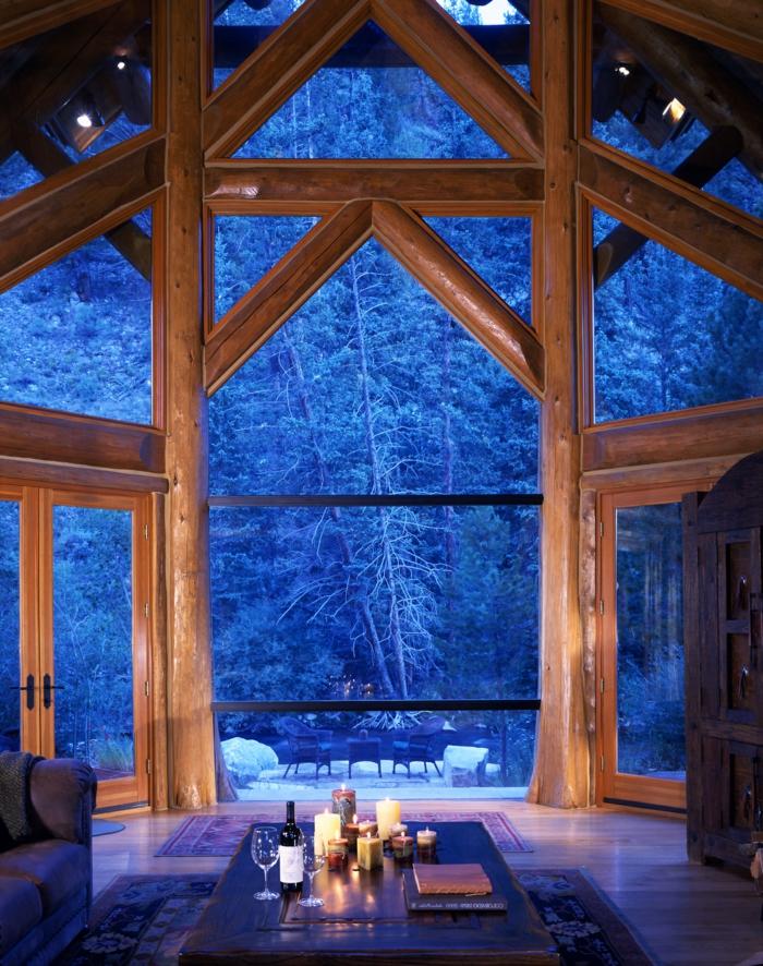 cabañas de madera, ideas preciosas sobre cabañas en el bosque, salón con techo alto y vigas de madera, grandes ventanales con vista invernal