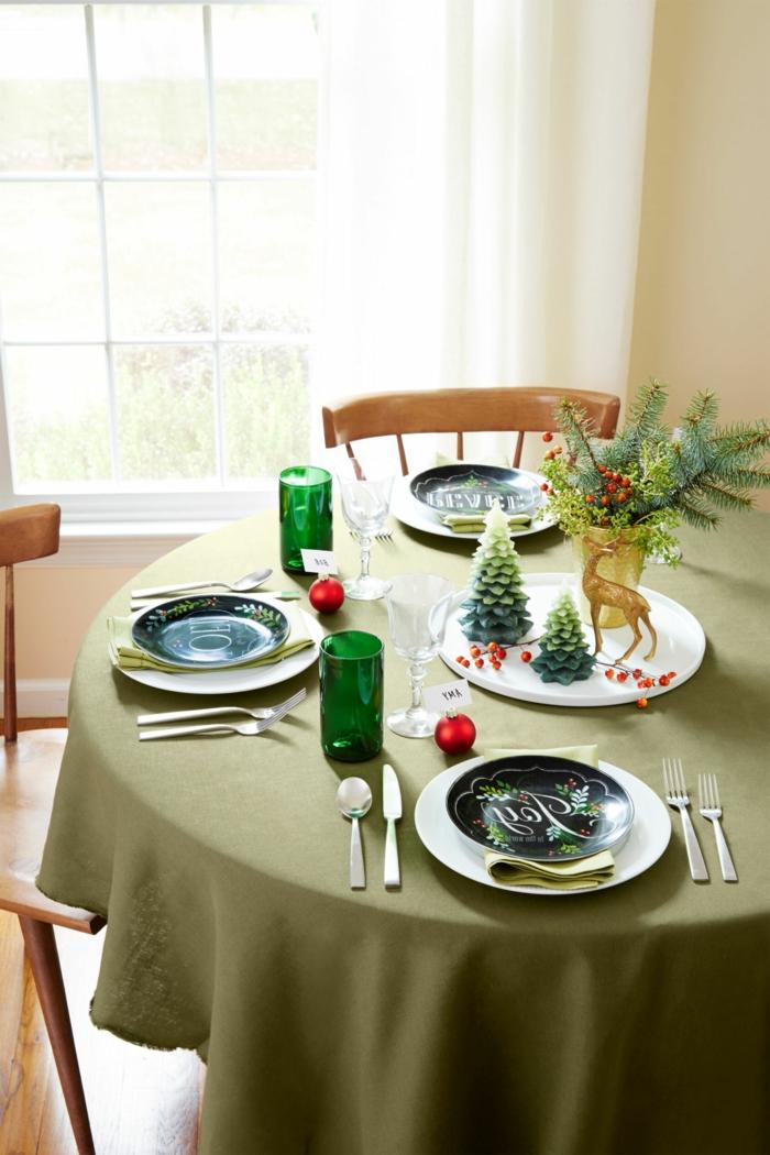 centros navideños, elegante comedor con detalles en verde, centro de mesa sofisticado con figura de ciervo dorada