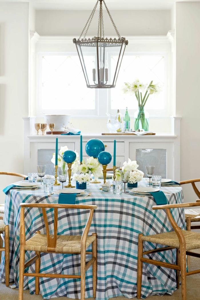 centros de mesa originales, comedor en azul y blanco, centro de mesa de velas atractivas en azul, paredes en blanco y sillas de mimbre
