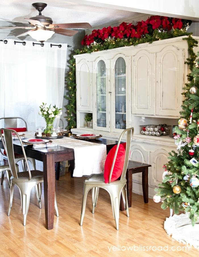 centros de mesa navideños, comedor refinado, grande armario vintage pintado en blanco, decoración de estrellas de navidad y árbol navideño