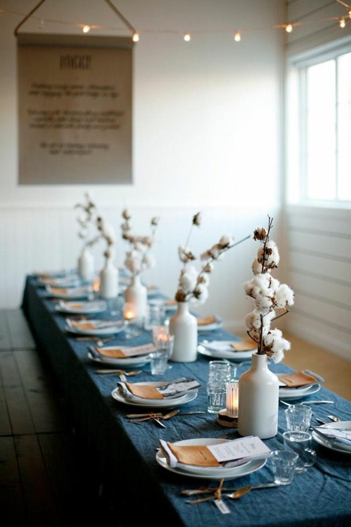 centros de mesa originales, idea con jarrones con flor de algodón, cubierta en azul, guirnalda con bombillas