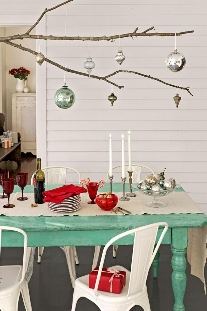 centros de mesa, idea DIY, bolas de Navidad colgantes, mesa de madera pintada en verde, candelabros con velas blancas