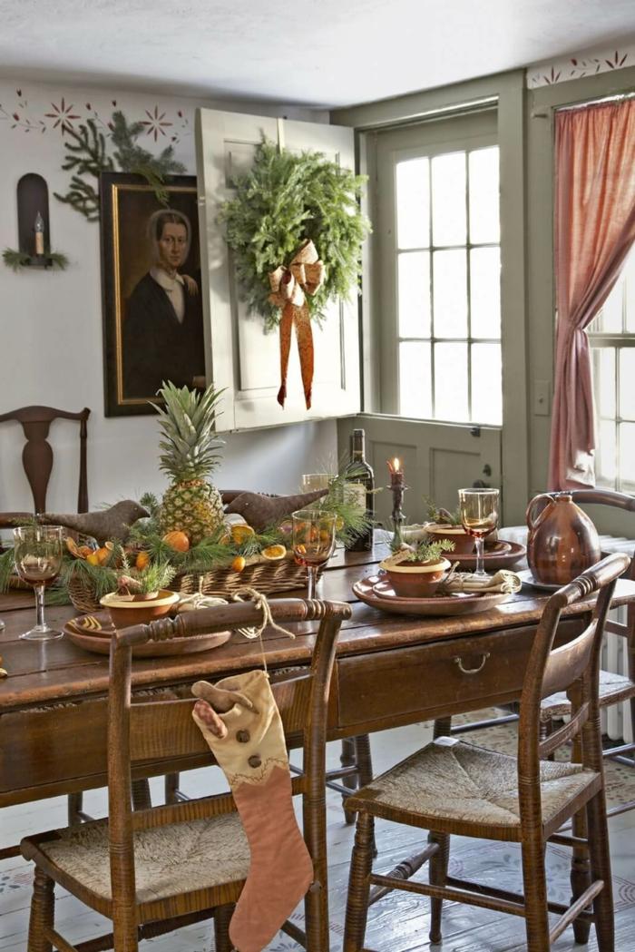 centros de mesa, decoración de frutas exóticas, comedor en estilo rústico, grande corona de navidad en la ventana
