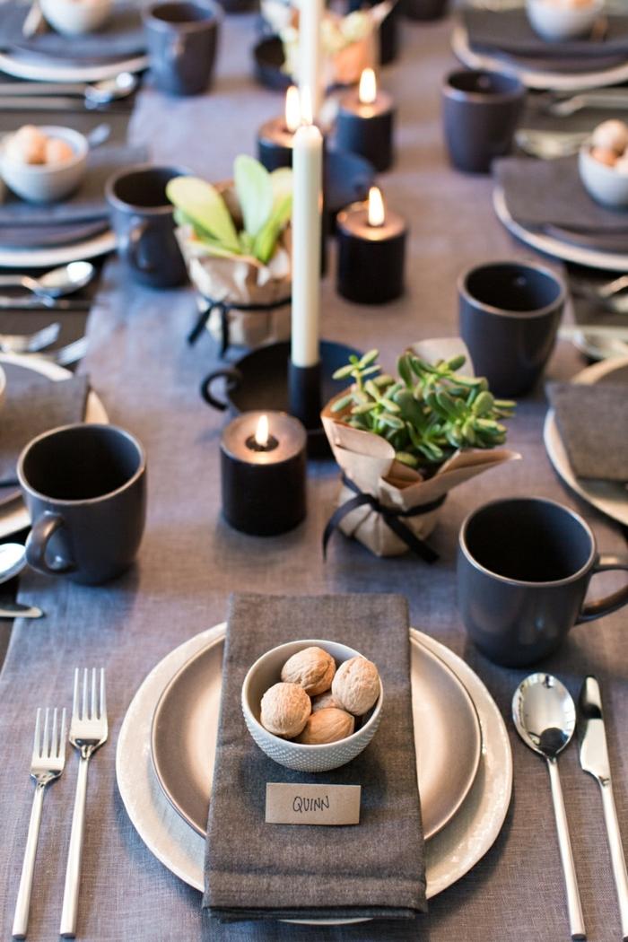 centros de mesa navideños, decoración de mesa elegante en gris y negro, centro de mesa con velas blancas y plantas pequeñas