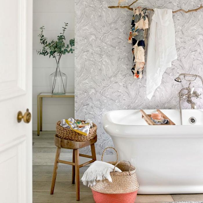 cuartos de baño, baño en estilo bohemio con detalles de madera y mimbre, bañera blanca, paredes tapizadas con papel pintado