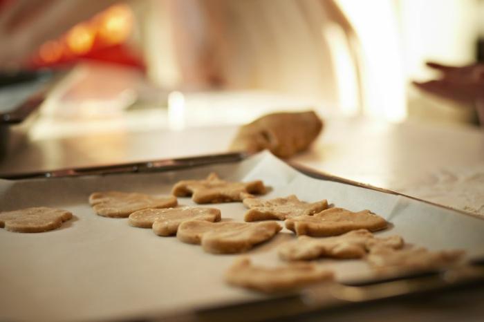 receta de galletas de mantequilla, pasos para elaborar galletas de navidad caseras en diferentes formas, hornear con papel de horno