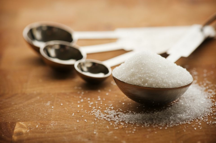 receta de galletas de mantequilla, cuchara llena de azúcar para decorar las galletas de navidad