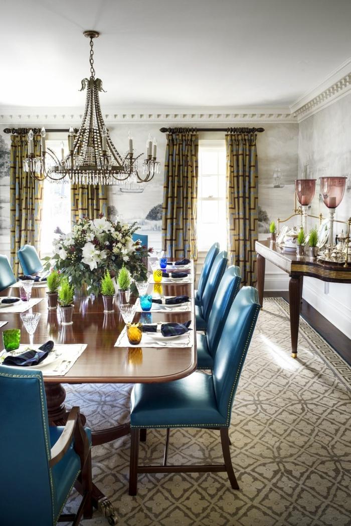 centros de mesa, comedor en estilo clásico, grande ramo de flores en el centro de la mesa, pinos enanos, grande candelabro y sillas tapizadas en azul