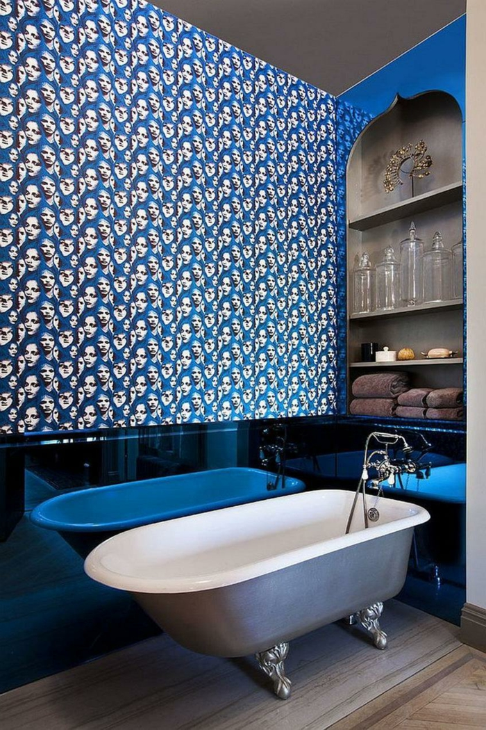 decoracion baños, cuarto de baño en estilo ecléctico, pared con papel pintado con estampado atractivo, baño en azul metálico